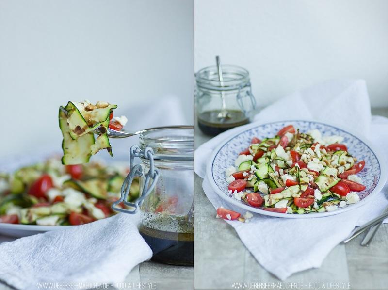 Zucchini-Salat mit Tomaten, Feta und Pinienkernen um Grillen