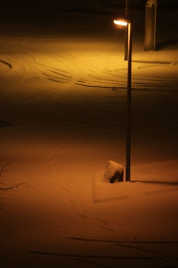 Schneedecke im gelben Straßenlaternenlicht