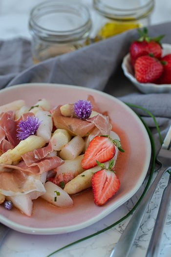 Spargelsalat mit Erdbeeren Rezept einfach lecker von ÜberSee-Mädchen Foodblog
