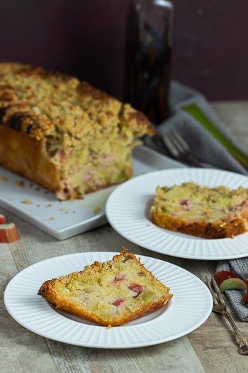 Kastenkuchen mit Rhabarber und Streuseln Rezept von ÜberSee-Mädchen Foodblog vom Bodensee Titel