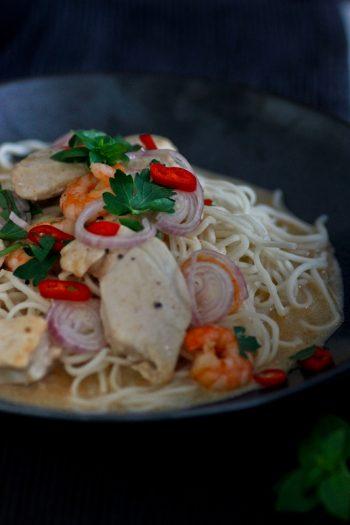 Tamarinden-Curry Surf and Turf mit Garnelen und Hühnchen