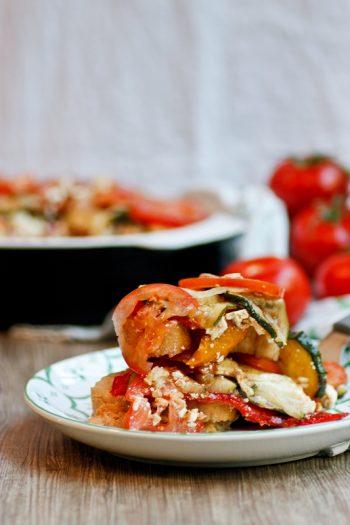 Mediterraner Schichtsalat perfekt für die Grillparty
