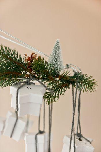 DIY Adventskalender aus Drahtbürgeln zum Aufhängen