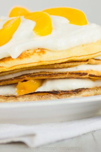 Rezept für Pfannkuchen-Torte mit Vanillecreme und Pfirsichen