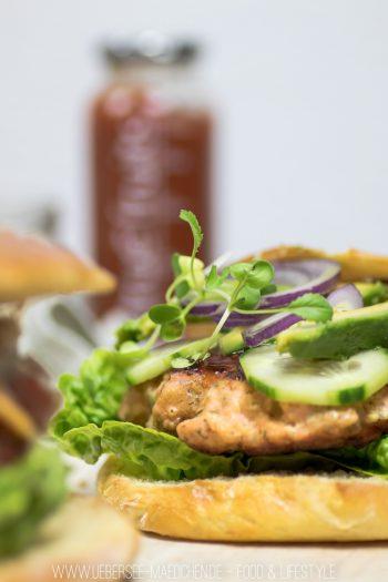 Burger mit Lachs-Patty Avocado und selbstgemachtem Brötchen Rezept von ÜberSee-Mädchen Foodblog vom Bodensee Überlingen