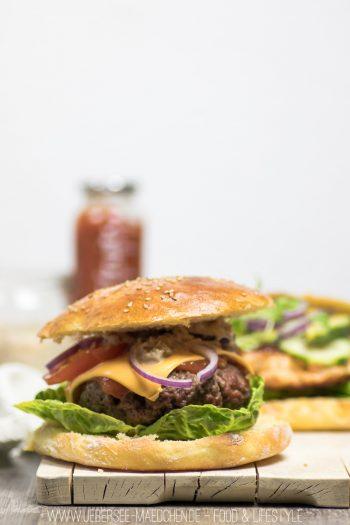 Klassischer Burger mit Hackfleisch-Patty, selbstgemachtem Brötchen und Sauce Rezept von ÜberSee-Mädchen Foodblog vom Bodensee Überlingen