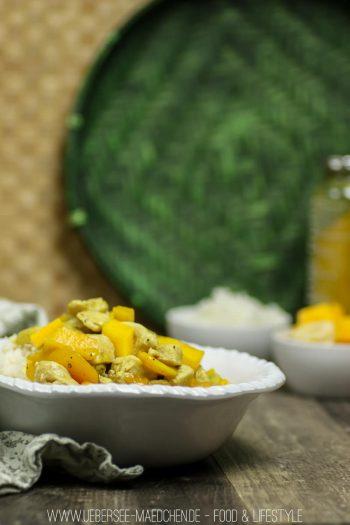 Fruchtiges Hähnchen-Curry mit Banane und Mango