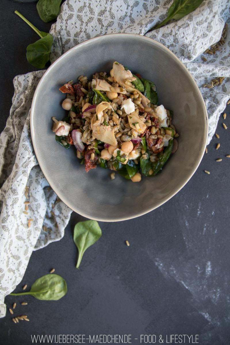 Grünkern-Salat mediterran mit Kichererbsen, Spinat, Artischocken, getrockneten Tomaten von ÜberSee-Mädchen Foodblog vom Bodensee Überlingen
