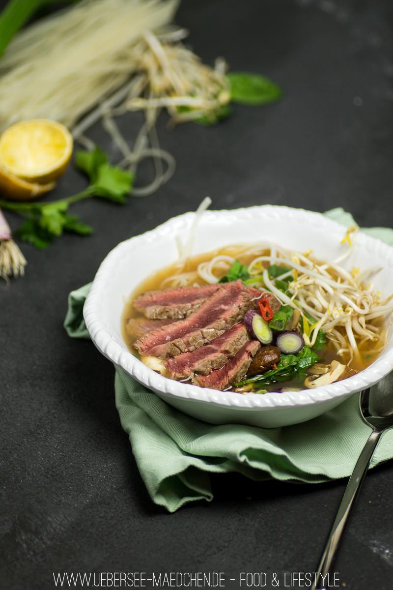 pho asiatische soulfood suppe mit rind reisnudeln bersee m dchen. Black Bedroom Furniture Sets. Home Design Ideas