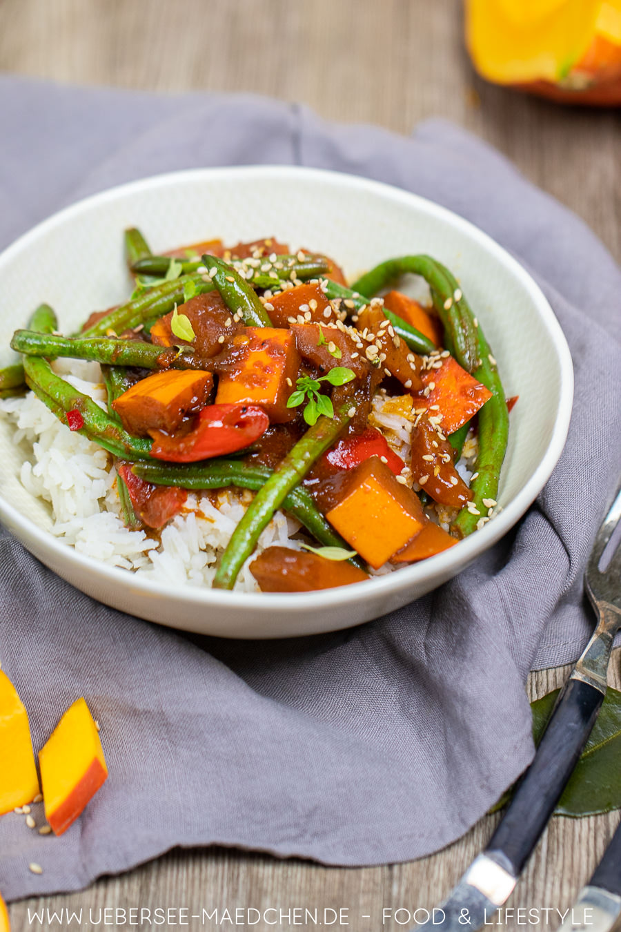 Ein Teller herbstliches Curry mit Hokkaido-Kürbis Rezept
