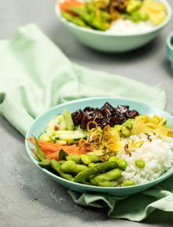 Poke-Bowl mit mariniertem Soja-Lachs, Jasminreis und Gemüse wie Edamame gesund einfach lecker Abendessen kochen Rezept von ÜberSee-Mädchen Foodblog Bodensee Überlingen