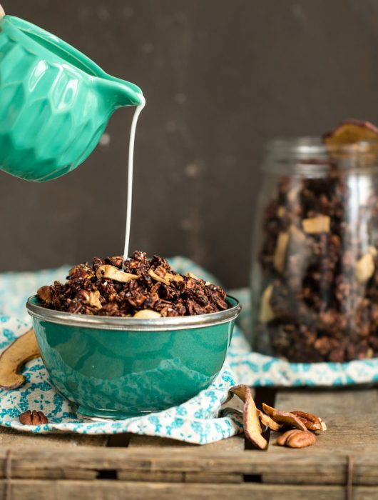 Rezept für Schoko-Granola mit Pekannüssen zum Frühstück mit Milch oder vegan mit Pflanzenmilch aus Haferflocken von ÜberSee-Mädchen Foodblog vom Bodensee Überlingen