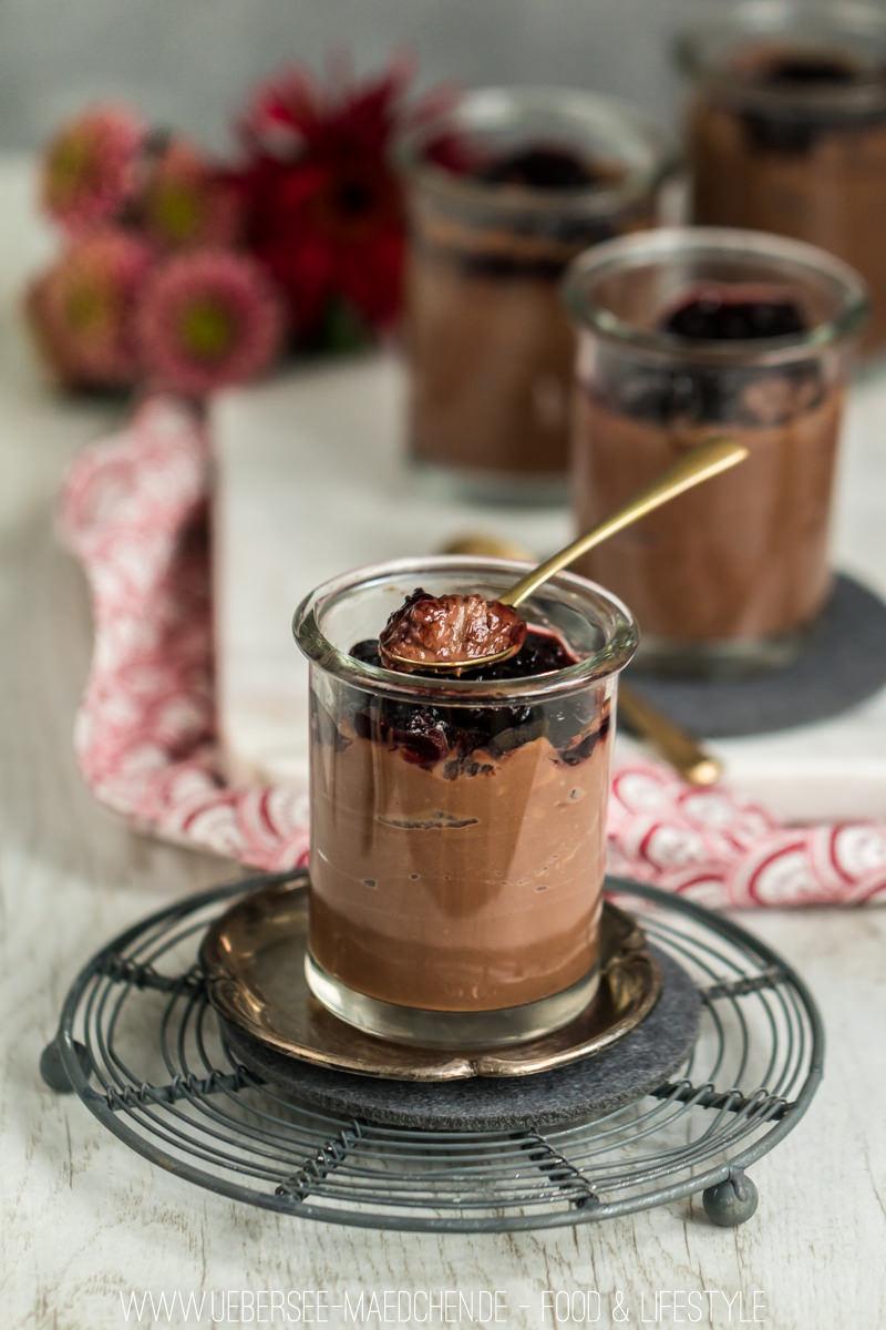 Schokopudding selbstgemacht mit Zartbitterschokolade und Fruchttopping Rezept mit Rezension von -Meine kleine Küche am See- von ÜberSee-Mädchen Foodblog vom Bodensee Überlingen