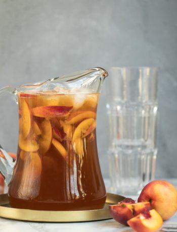Nektarinen-Eistee in einer Glaskaraffe mit frischen Früchten Rezept selbstgemacht mit wenig Zucker von ÜberSee-Mädchen der Foodblog vom Bodensee Überlingen