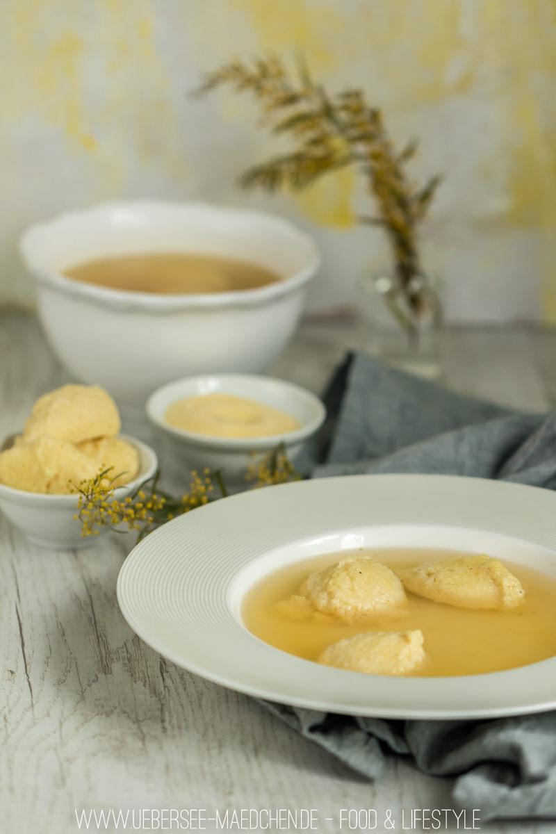 Grießklöschensuppe selbstgemacht in tiefem Teller mit Grieß und Grießklöschen Rezept von ÜberSee-Mädchen Foodblog vom Bodensee Überlingen