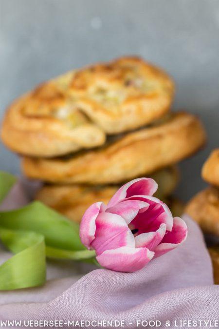 Tulpe vor Hefeschnecken mit Marzipan Rhabarber Rezept Foodblog ÜberSee-Mädchen