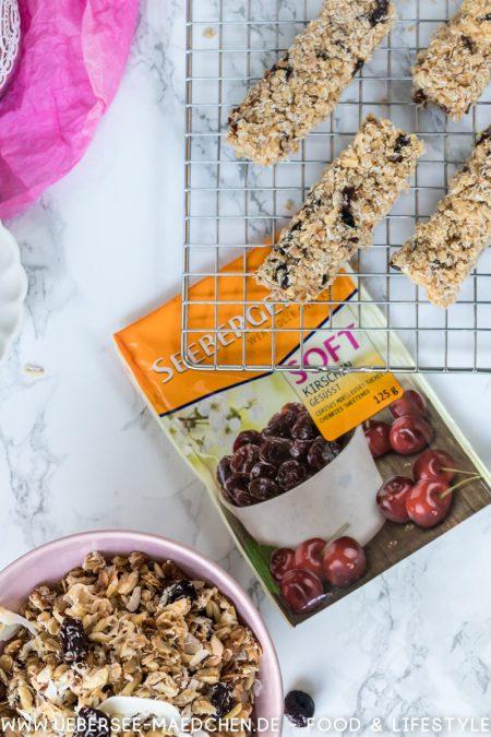 Kokos-Kirsch-Granola mit weißer Schokolade Müsliriegel mit Seeberger Rezept von ÜberSee-Mädchen Foodblog vom Bodensee Überlingen