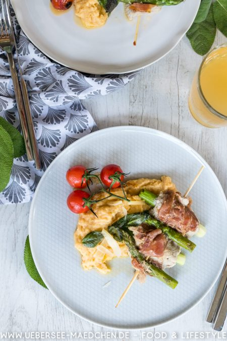 Ein Teller Saltimbocca mit Spargel am Spieß, dazu Rispentomaten und Polenta von ÜberSee-Mädchen der Foodblog vom Bodensee Überlingen