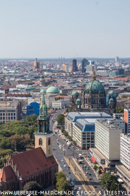 Aussicht vom Park Inn Alexanderplatz auf Berlin von ÜberSee-Mädchen Foodblog vom Bodensee