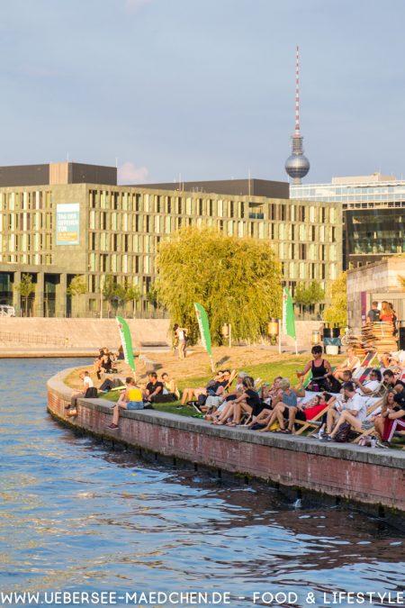 Berlin Spree Rundfahrt mit Blick auf Fernsehturm Strandbar via ÜberSee-Mädchen