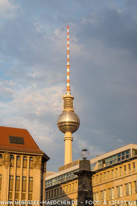 Berlin Spree Rundfahrt mit Blick auf Fernsehturm via ÜberSee-Mädchen