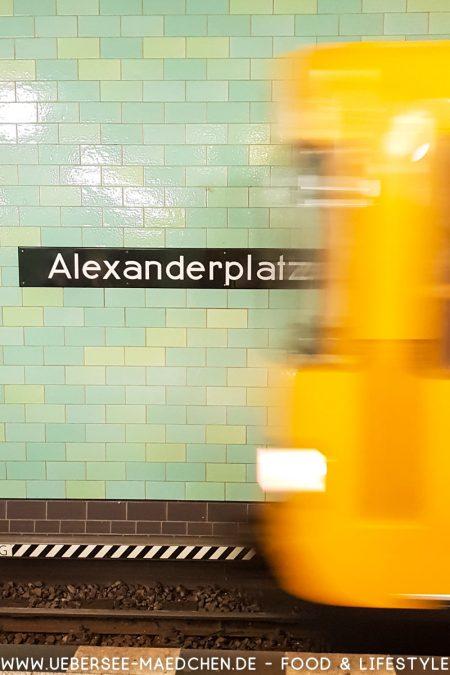 U-Bahn fährt in Berlin Alexanderplatz ein von ÜberSee-Mädchen Foodblog vom Bodensee Überlingen