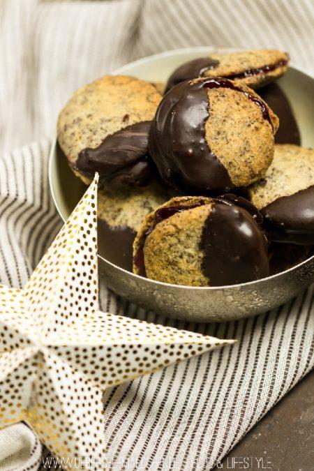 Doppeldecker-Plätzchen mit Mohn im Teig und Marmelade als Füllung und Schokolade