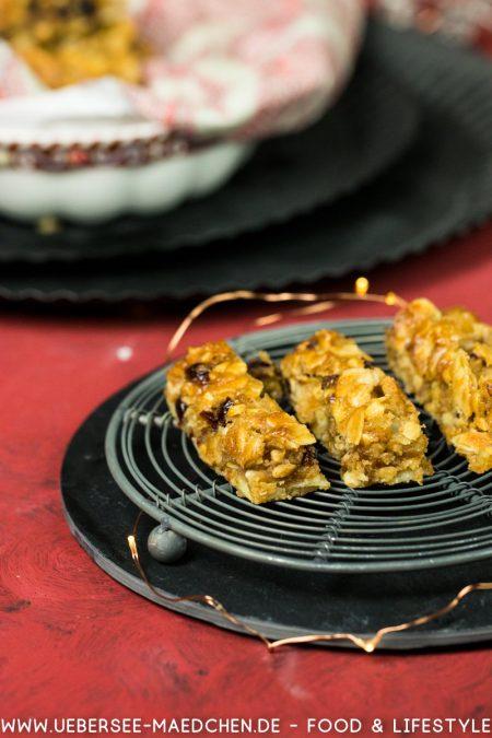 Drei Karamell-Nuss-Stangen auf einem kleinen Kuchengitter Plätzchenrezept einfach schnell