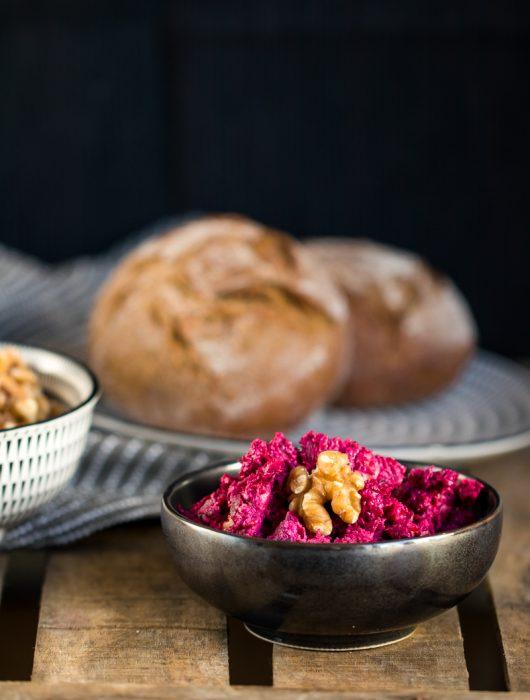 Rote Bete Aufstrich mit Feta Schafskäse roter Bete in schwarzer Schale zu Brötchen ÜberSee-Mädchen der Foodblog vom Bodensee Überlingen