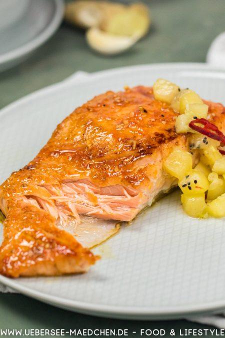 Perfekt gegarter Lachs glasiert us dem Ofen mit Kiwi-Chutney
