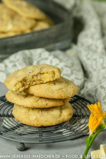 Cookies gestapelt angebissen mit weißer Schokolade und Mandeln Rezept von ÜberseeMädchen