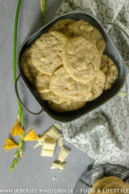 Cookies von oben mit weißer Schokolade und Mandeln Rezept von ÜberseeMädchen