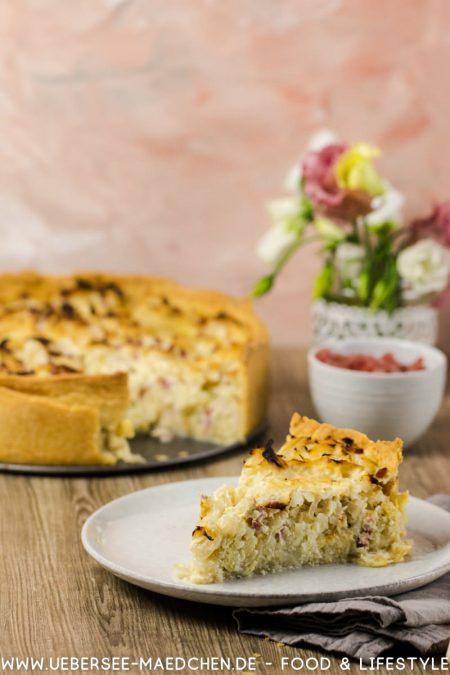Kohlauflauf als Quiche Krautkuchen mit Weißkohl Speck - ein Stück vor der Springform. Rezept von ÜberSee-Mädchen Foodblog vom Bodensee Konstanz