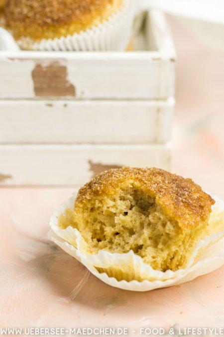 Ein angebissener Buttermilchmuffin mit Zuckerzimt-Haube