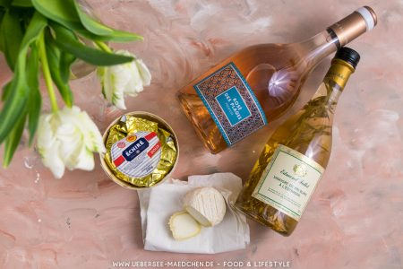 Vier Zutaten aus Frankreich: Ziegenkäse, Roséwein, Estragon-Essig und gesalzene Butter