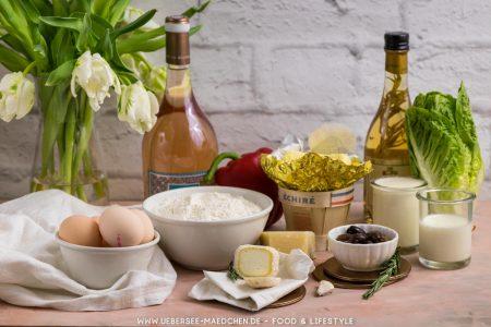 Zutaten für Ziegenkäse-Tartelettes: Mehl Butter Ei Sahne Milch Oliven Paprika Parmesan Knoblauch Rosmarin