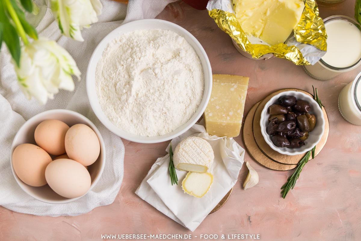 Zutaten für Ziegenkäse-Tartelettes von oben, Mehl Eier Ziegenkäse Oliven Parmesan Butter ÜberSee-Mädchen