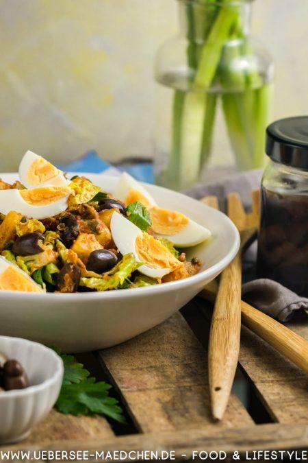 Schale Kartoffelsalat mit Harissa-Dressing Oliven Röstpaprika Ei nach Ottolenghi Jerusalem