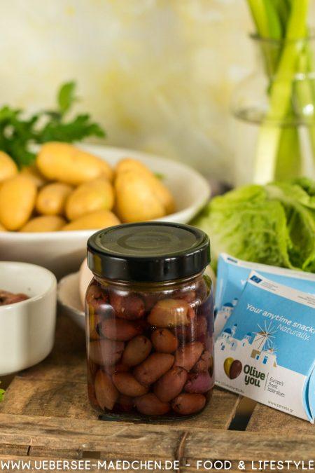 Oliven inmitten anderer Zutaten für orientalischer Kartoffelsalat nach Ottolenghi ÜberSee-Mädchen Foodblog