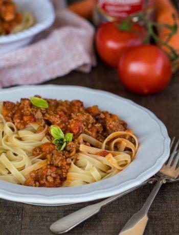 Ein Teller Tagliatelle mit Sauce Ragu alla bolognese Originalrezept mit Vollmilch