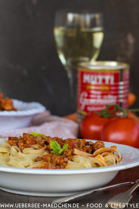 Original italienische Bolognese-Sauce als Ragu mit Rindfleisch Pancetta Weißwein Milch