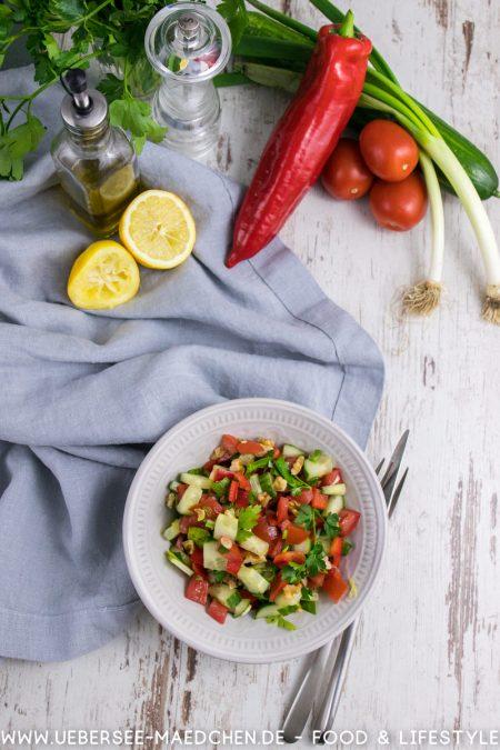 Türkischer Salat von oben mit allen Zutaten Tomaten Gurke Lauchzwiebeln Paprika Zitrone Olivenöl