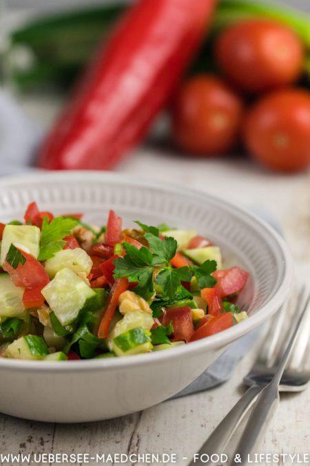 Ein Teller mit türkischem Coban Salat Rezept von ÜberSee-Mädchen Foodblog vom Bodensee