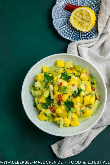 Süß-saurer Salat asiatisch mit Mango Avocado Gurke Rezept von ÜberSee-Mädchen Foodblog vom Bodensee