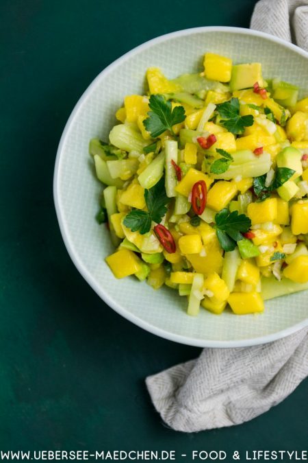 Mango-Avocado-Salat mit Gurke Chili Minze Petersilie von oben ein Rezept von ÜberSee-Mädchen der Foodblog vom Bodensee Konstanz