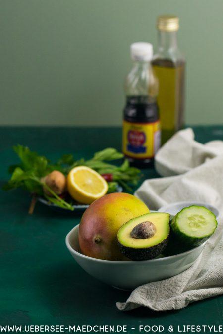 Zutaten für einen Asia-Salat mit Mango Avocado Gurke Rezept von ÜberSee-Mädchen Foodblog vom Bodensee
