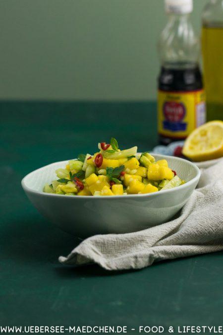 Eine Schüssel Asia-Salat mit Mango Gurke Avocado Minze Chili Fischsauce Rezept von ÜberSee-Mädchen Foodblog vom Bodensee