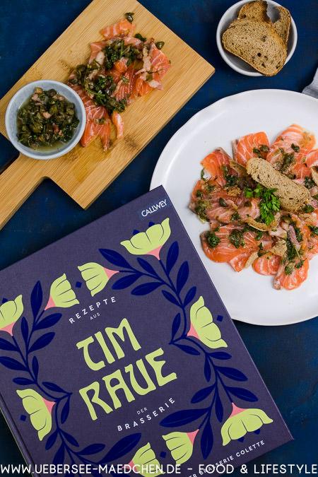 Kochbuch-Rezension Tim Raue Rezepte aus der Brasserie Colette gebeizter Lachs mit Kapern-Speck-Vinaigrette