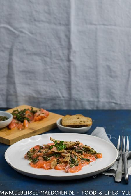 Ein Teller gebeizter Lachs mit Kapern-Speck-Vinaigrette nach Tim Raue Brasserie Colette