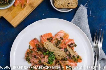 Gebeizter Lachs mit Kapern-Speck-Vinaigrette nach einem Rezept von Tim Raue und dem Restaurant Brasserie Colette von ÜberSee-Mädchen der Foodblog vom Bodensee